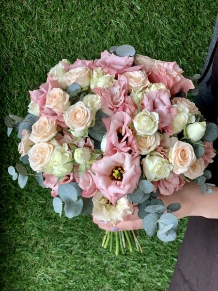 Свадебный букет с эустомой, фриезией, розами