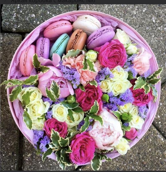 Композиция в коробке с цветами и макарунами