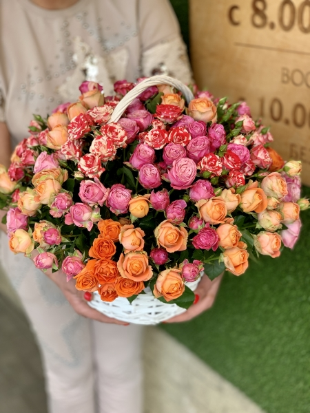 Корзина с кустовыми розами микс