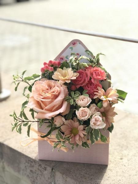букет-конверт с кустовой розой и питоспорумом