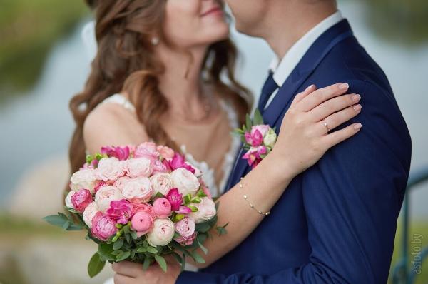 Свадебный букет из ярких пионовидных роз