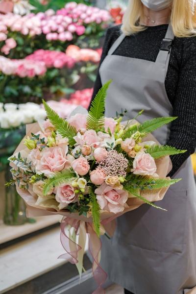 Букет с французской розой, кустовыми розами и амбрелой