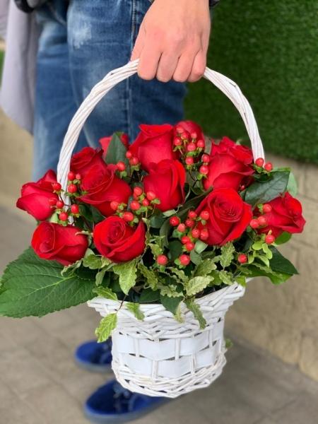 Корзина с красными розами и гиперикумом