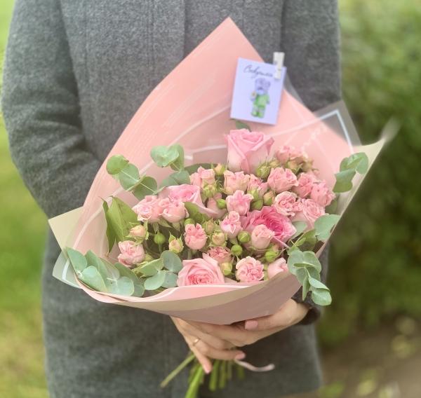 Букет из кустовых и одиночных роз с зеленью
