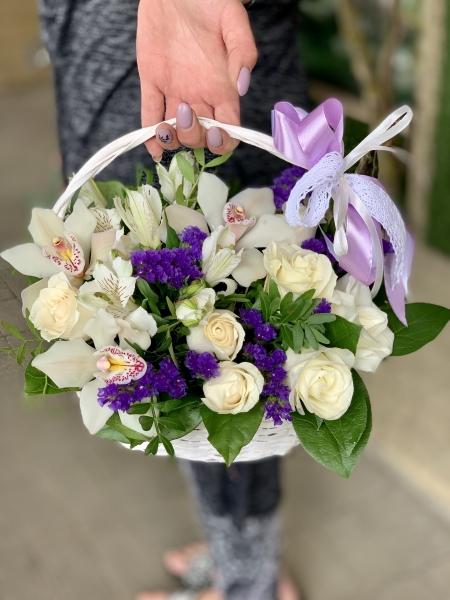 Корзинка с розами, орхидеей и лимониумом