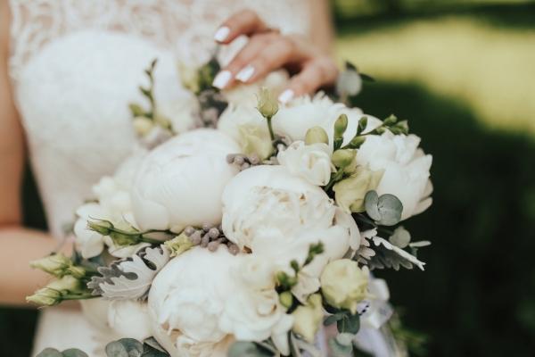 Свадебный букет с пионами и брунией