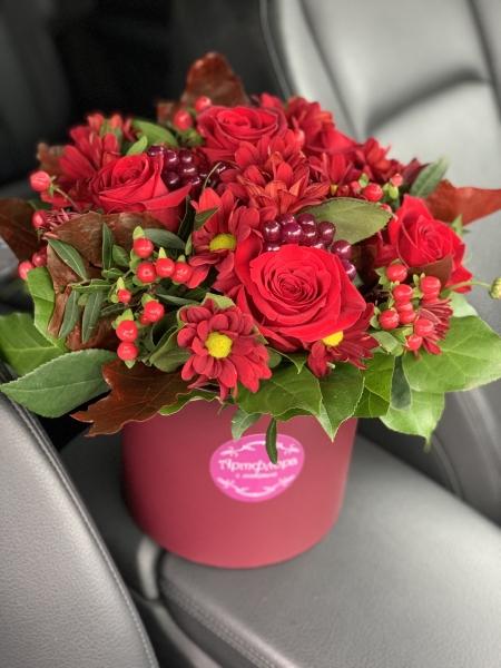 Композиция из бордовой Розы, хризантемы и ягод