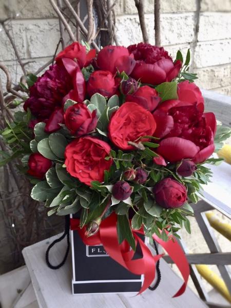 Композиция из пионовидных роз и пионов