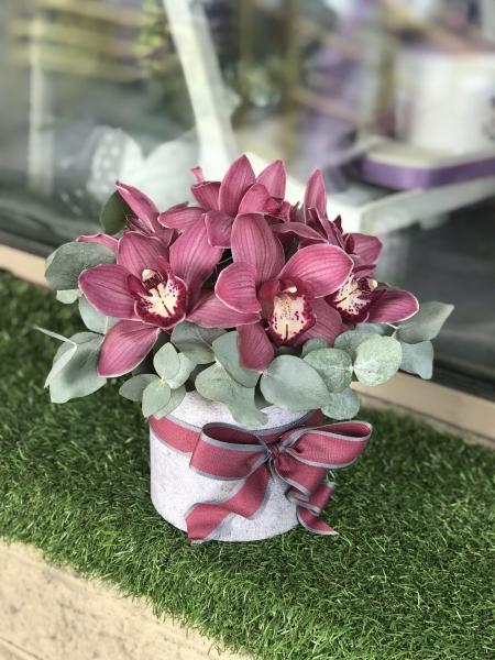 Шляпная коробка с эвкалиптом и орхидеями