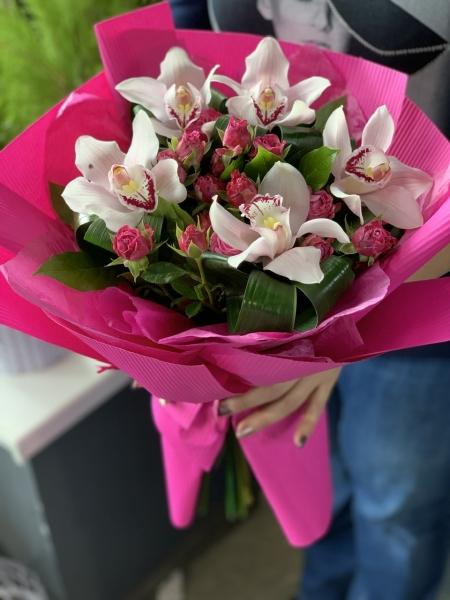 Яркий букет из орхидей
