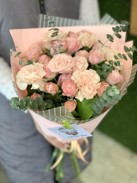 Букет из кустовых роз, диантуса и эвкалипта