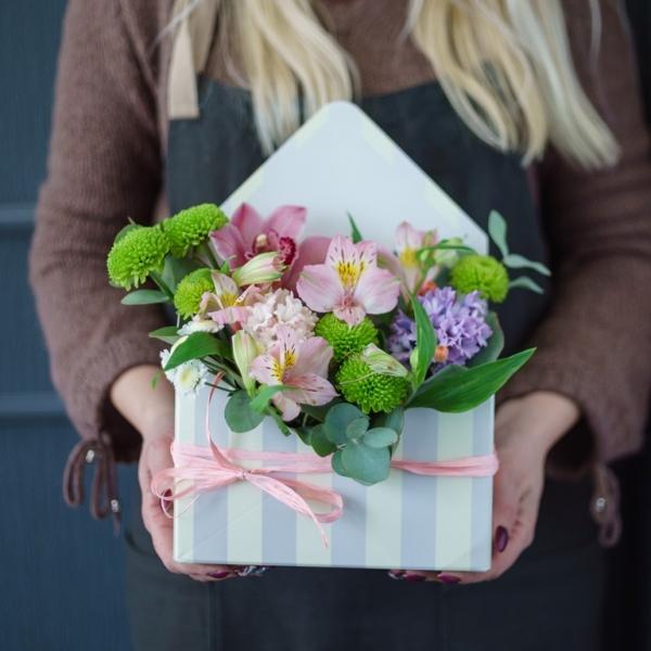 букет-конверт с орхидеей цумбидиум , астрометрией, гиацинтом