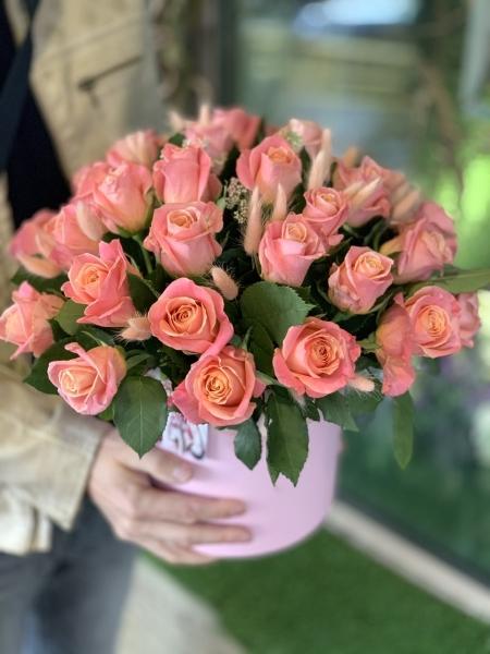 25 роз в коробке с лагурусом