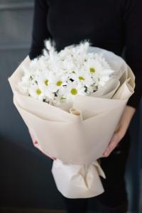 Букет из белой хризантемы Бакарди с ларурусом