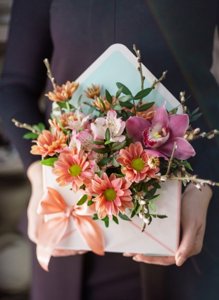 букет-конверт с малиновой орхидеей, хризантемой и зеленью