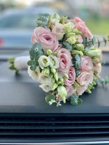 Свадебный букет с эустомой и розами