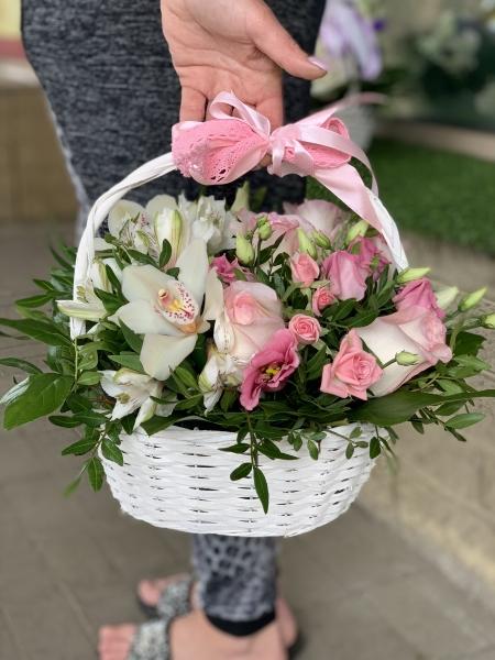 Корзинка с розами, эустомой и орхидеями