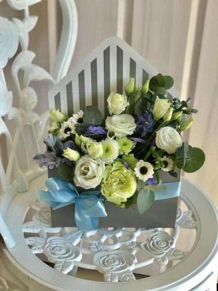 букет-конверт с эустомой, дельфиниумом, розой, хризантемой