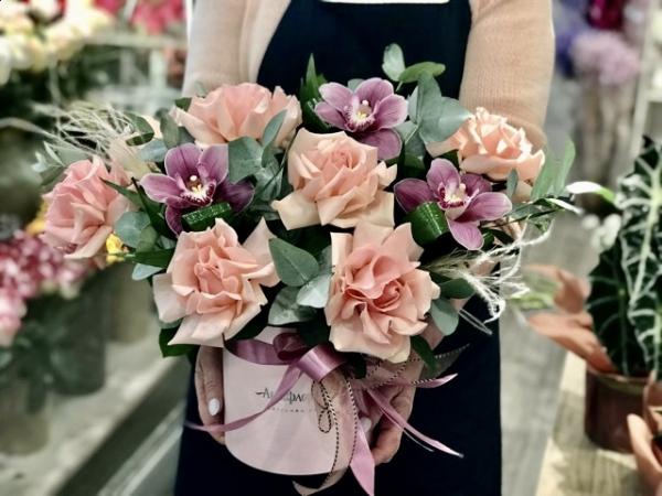 Коробка с орхидеями и французскими розами