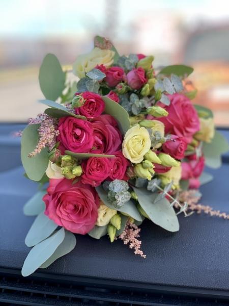 Свадебный букет с малиновыми розами и эустомой