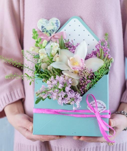 букет-конверт из белой орхидеи цумбидиум, сирени и зелени