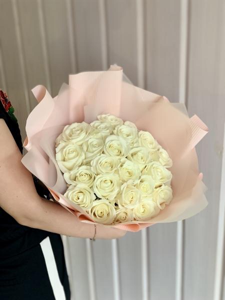 25 Белых роз в нежной упаковке