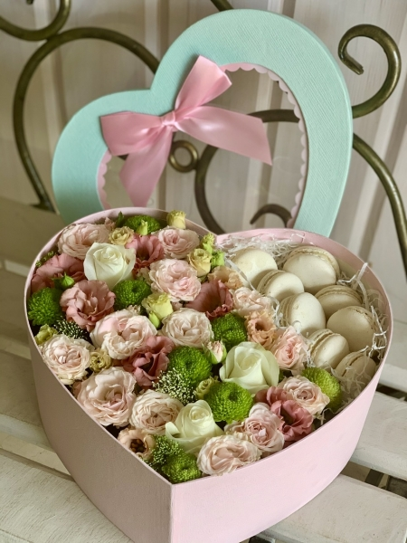 Коробочка с цветами и макарунами «дольче вита»
