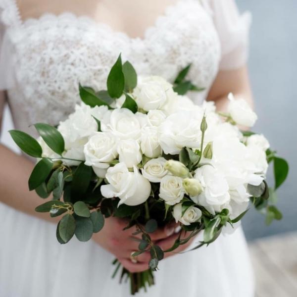 Свадебный букет с белой кустовой розой