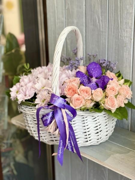 Корзина микс с орхидей вандой и розами