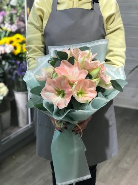 Букет из розовых амариллисов