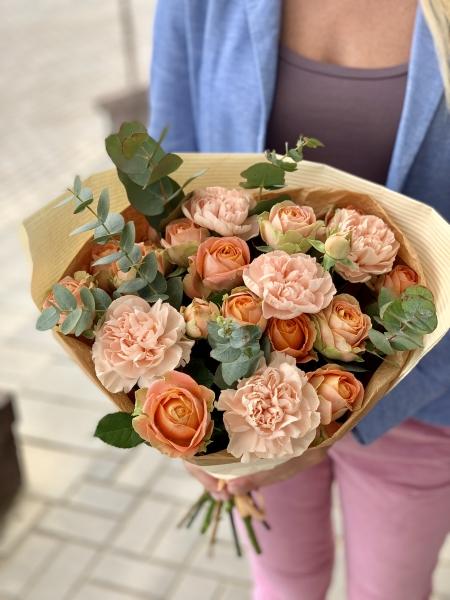 Букет из кустовой розы Кристи, диантуса и эвкалипта