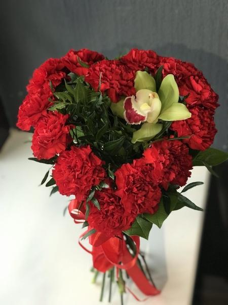 Букет-сердце из красной гвоздики и орхидеи