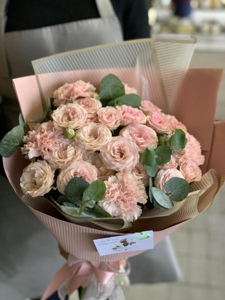 Букет из кустовых роз и диантуса «розовый микс»