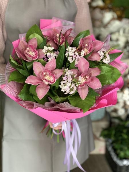 Букет из орхидеи и хамелациума