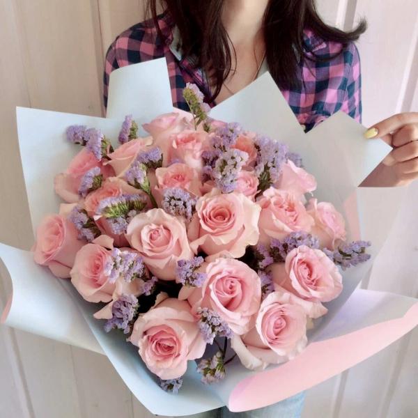 Букет из розы и лиловой статицы