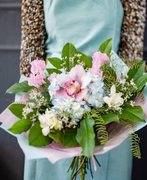 Букет из голубой гортензии с орхидей