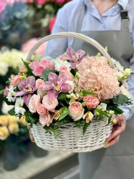 Корзина с гортензией, орхидеей и розами