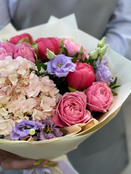 Букет с гортензий, розами и пионами
