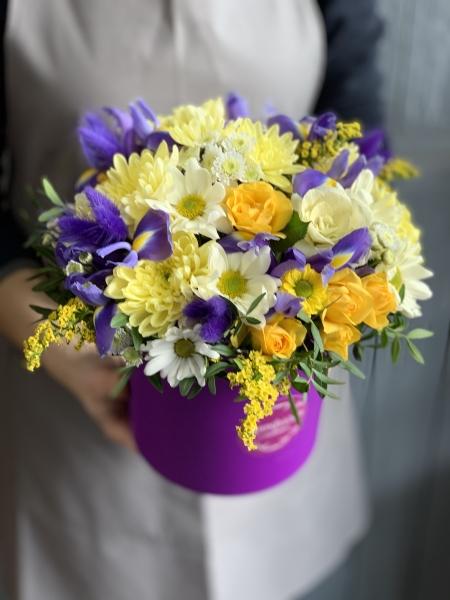 Коробка с ирисами, хризантемой и лагурусом