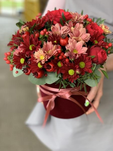 Коробка с розой, хризантемой и ягодами