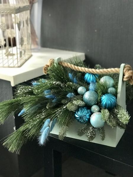 Новогодний ящик с сосной и игрушками