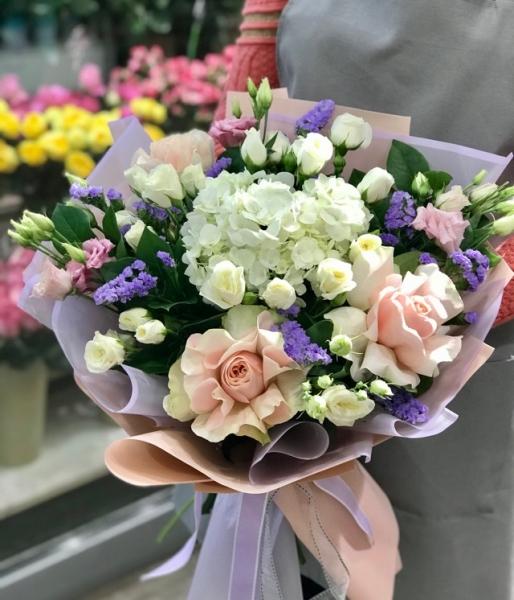 Букет с гортензией и французской розой