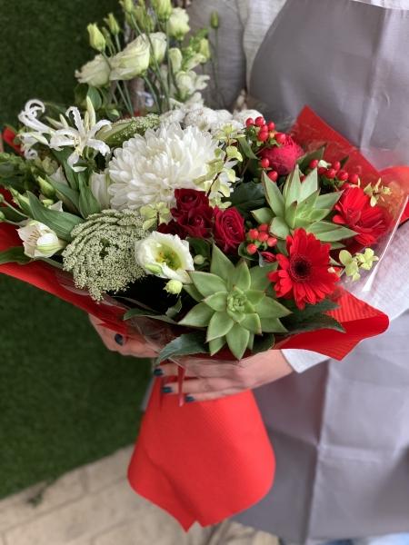 Букет из суккулентов, лизиантуса, неринэ, кустовых роз