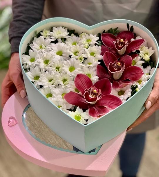 Коробка в виде сердца с хризантемами и Орхидеями