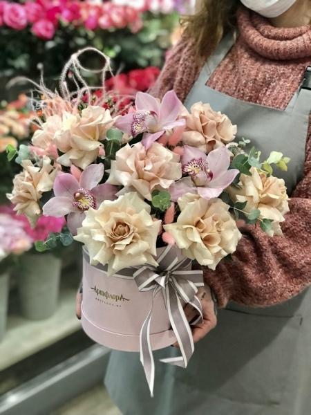 Коробка с французскими розами и орхидеями