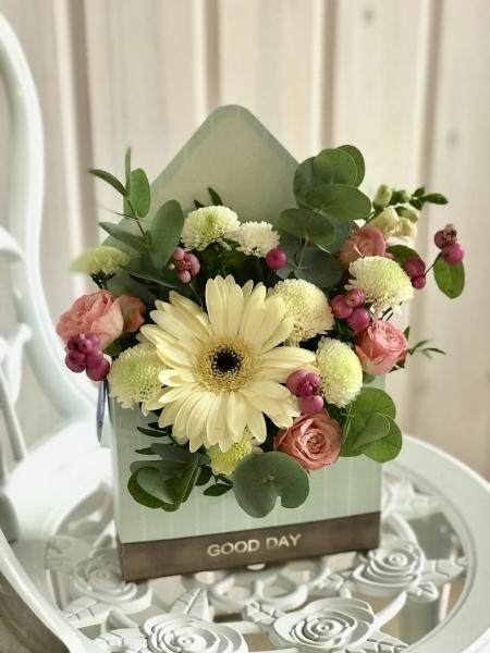 букет-конверт с белой герберой, кустовой розой, хризантемой