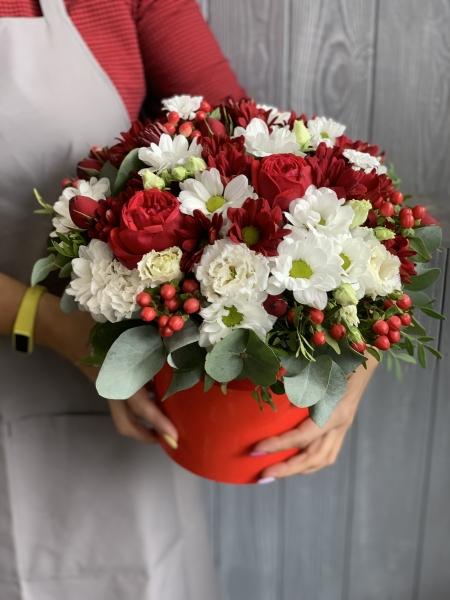 Коробка с гиперикумом, хризантемами, розами и лизиантусом