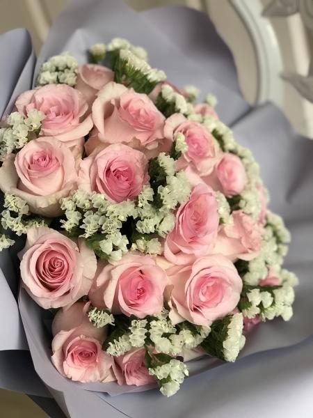 Букет из роз и белой статицы