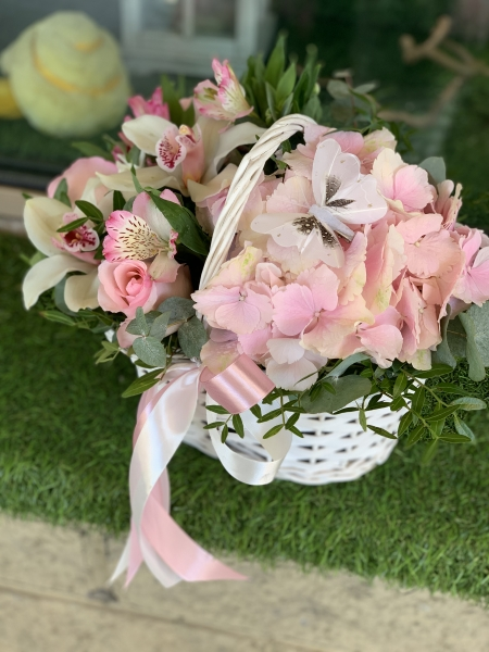 Корзинка с розовой гортензией и орхидеями