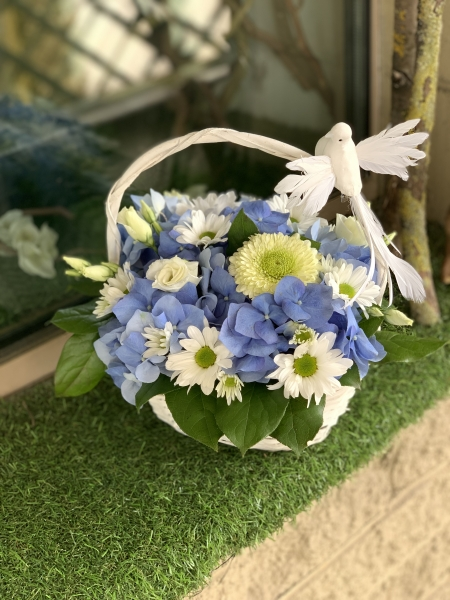 Корзина с голубой гортензией и хризантемой